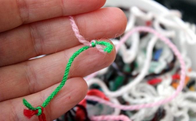 Гениальный способ пристроить остатки пряжи: простое покрывало в стиле этно