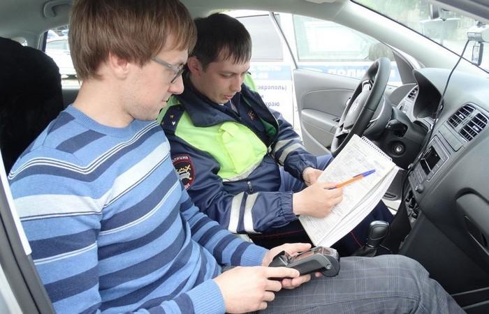 Обязан ли водитель следовать в машину инспектора ДПС