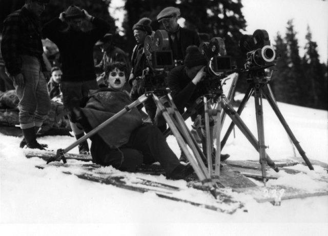 Чарли Чаплин на съемках «Золотой лихорадки» с помощниками. Калифорния, апрель 1924 г. история, люди, мир, фото