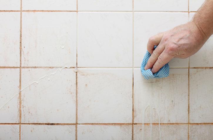 Грязная плитка в ванной