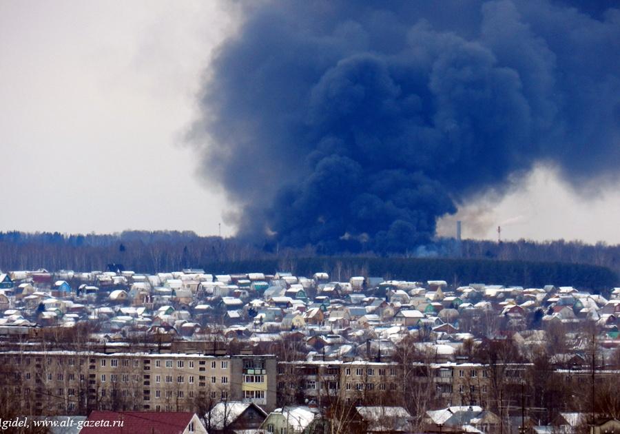 Крупный пожар в подмосковном Сергиевом Посаде на производстве пластиковых труб