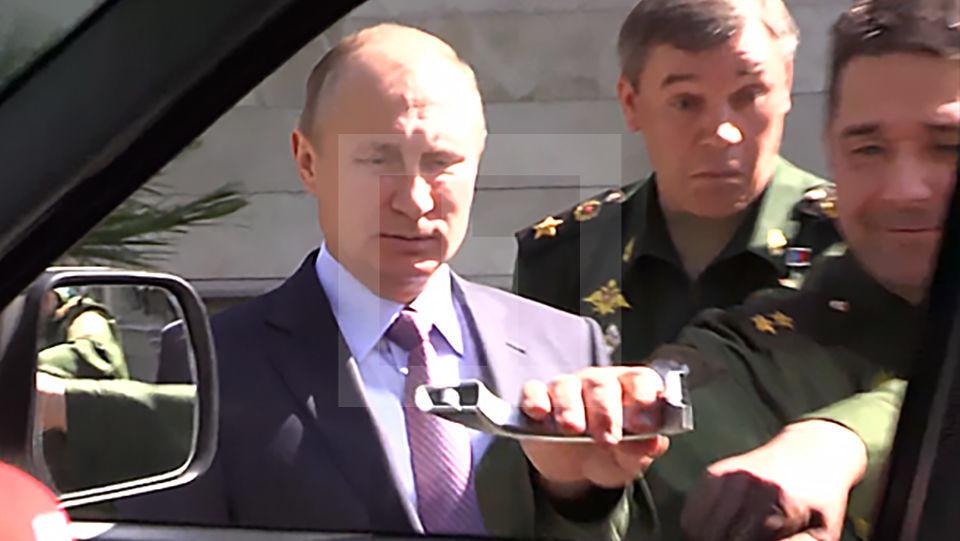 """Генерал рассмешил Путина, оторвав ручку """"Патриота"""" во время осмотра новой техники для ВС"""