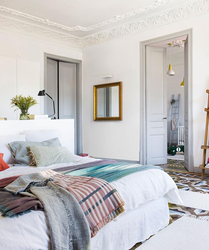 Белая квартира с красивым настенным декором в Испании