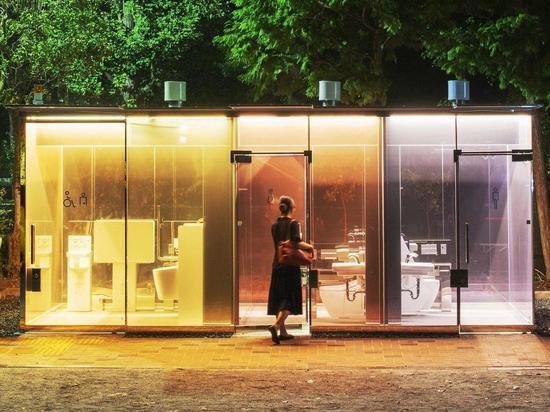 Показать туалетную культуру: В Токио установили прозрачные кабинки на улице