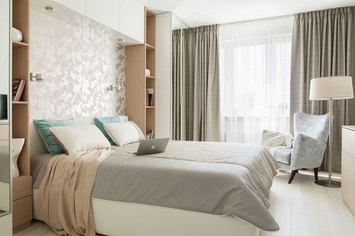Окно станет больше, если повесить карниз чуть выше проема. / Фото: design-homes.ru