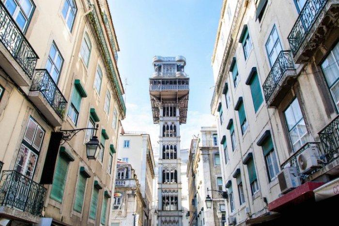 Лифтовой подъемник Элевадор-ди-Санта-Жушта построен в 1902 году, позволяет пешеходам подниматься с улицы Руа-ду-Оро на площадь Ларгу-ду-Карму.