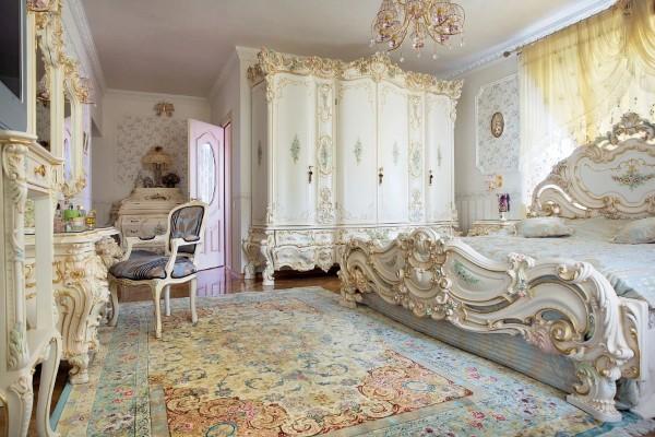 роскошный интерьер спальни в стиле барокко ковёр на полу