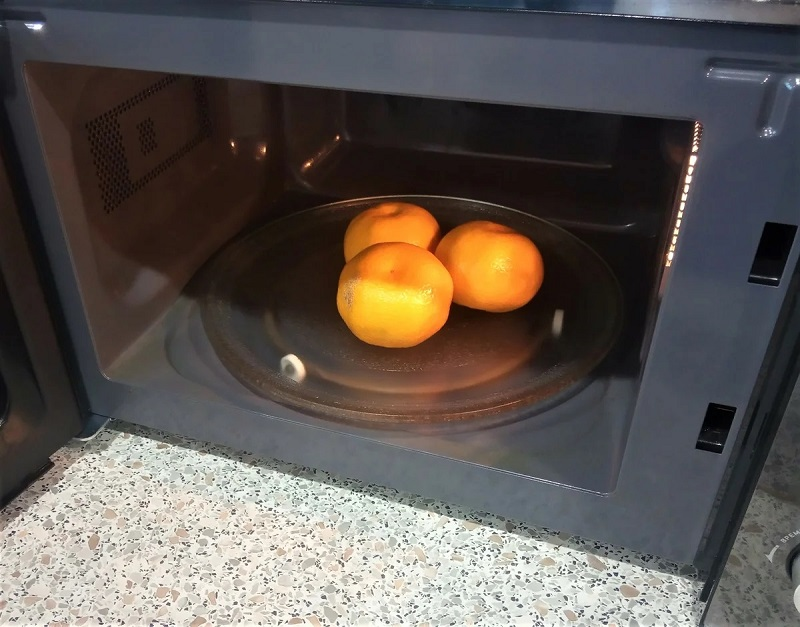 мандарины на подоконнике