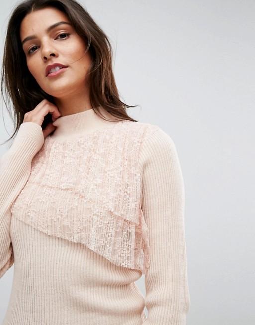 Девушка в светлом свитере с кружевами