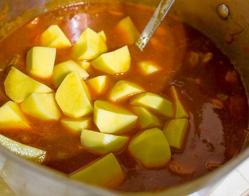 Бограч перец, нарезаем, жарим, мелко, около, средняя, чтобы, чеснок, морковь, бекон, паприка, острый, мягкости, размера, рубим, томаты, зависимости, время, разрезаем, может