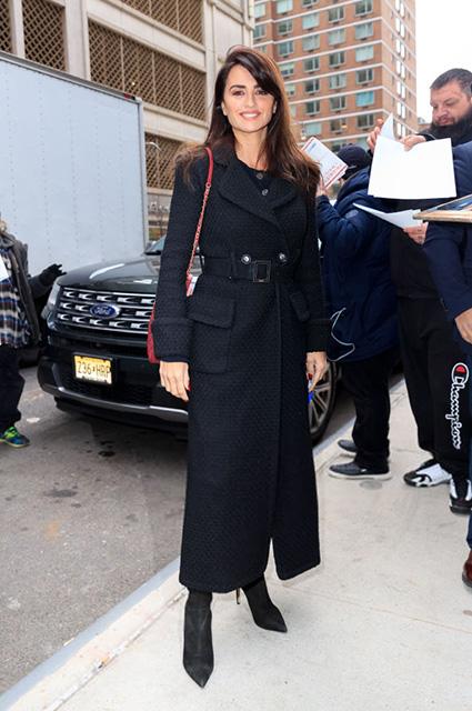 Не мрачно, а элегантно: Пенелопа Крус в черном пальто и замшевых ботфортах встретилась со зрителями звездный стиль