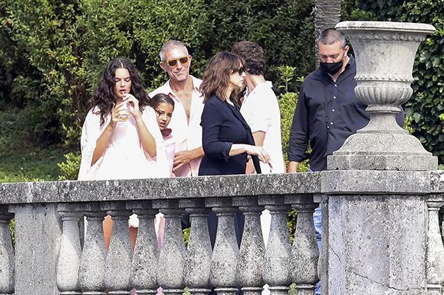 Моника Беллуччи и Венсан Кассель c дочерьми Девой и Леони на съемках в Италии Звездные дети