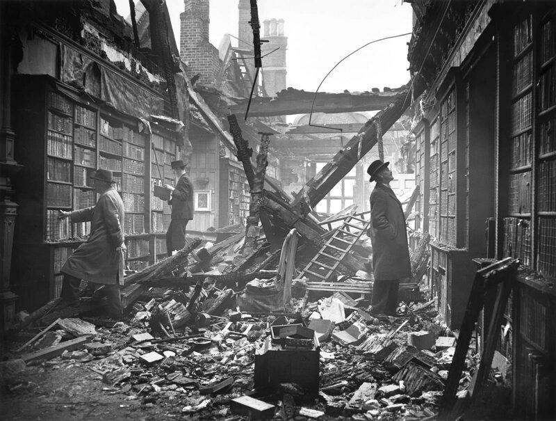Посетители библиотеки в Голландском Доме вскоре после того, как её разбомбили зажигательными бомбами. Лондон, 23 октября 1940 г. Великая Отечественная Война, архивные фотографии, вторая мировая война