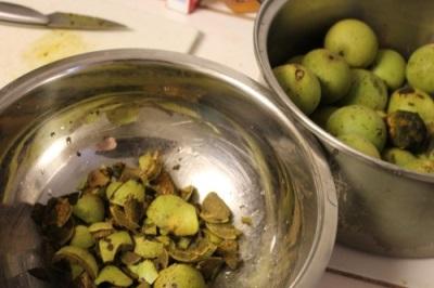 Зеленую кожуру грецких орехов используют для лечения некоторых недугов