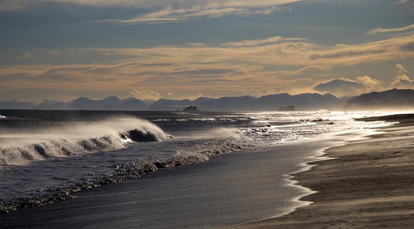 Самый необычный пляж России, где под ногами лежит черный песок и золото
