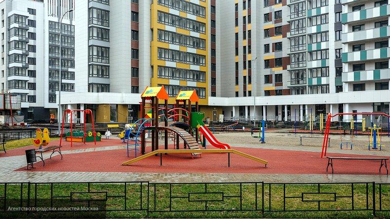 Извращенец со спущенными штанами мастурбировал на детской площадке в Москве