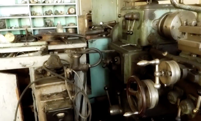 Почти нетронутый завод из СССР: мужчина вошел внутрь с камерой и пошел по цехам Культура