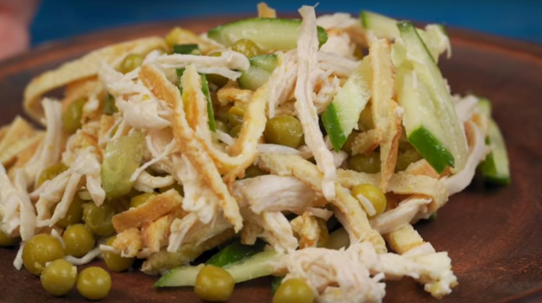 Обалденный салат с яичными блинчиками и зеленым горошком