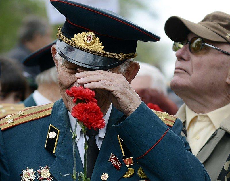 В Киеве ветеранов заставляют выбросить ордена и покаяться перед фашистами