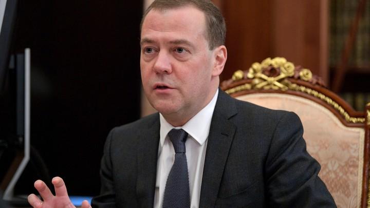 «Лучше бы вообще не работал»: Политолог предложил доплачивать Медведеву после идеи «хоть завтра» перейти на 4-дневку