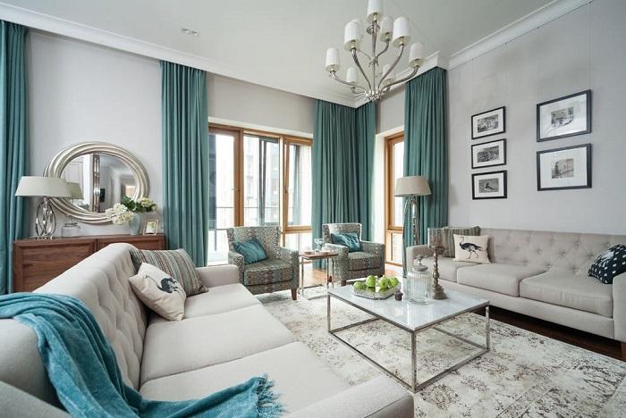 Цвет штор совпадает с цветом пледа и подушек в гостиной. / Фото: roomester.ru