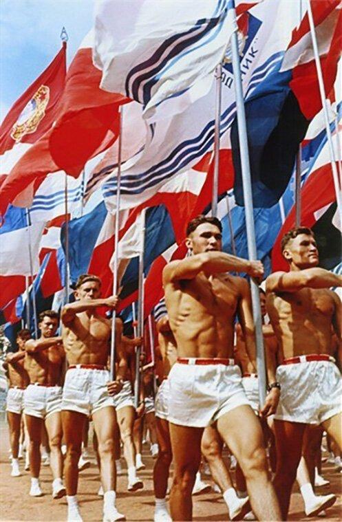 """31 июля 1956 г. состоялось торжественное открытие стадиона """"Лужники"""". Парад спортсменов во время церемонии открытия на снимке Льва Бородулина СССР, фото, это интересно"""