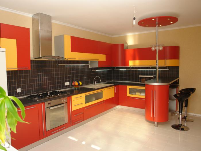 Светлая кухня с жёлто-красной мебелью.