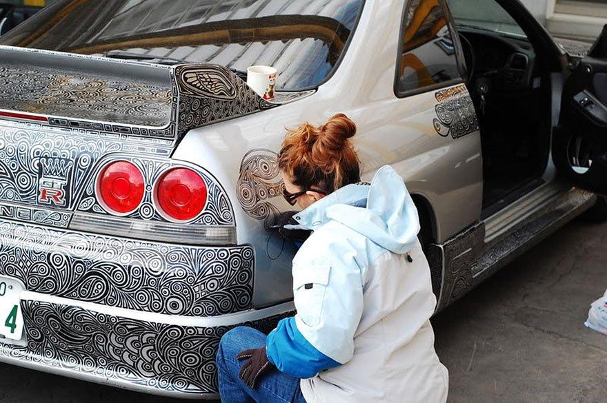 Художница разрисовала автомобиль обычным маркером