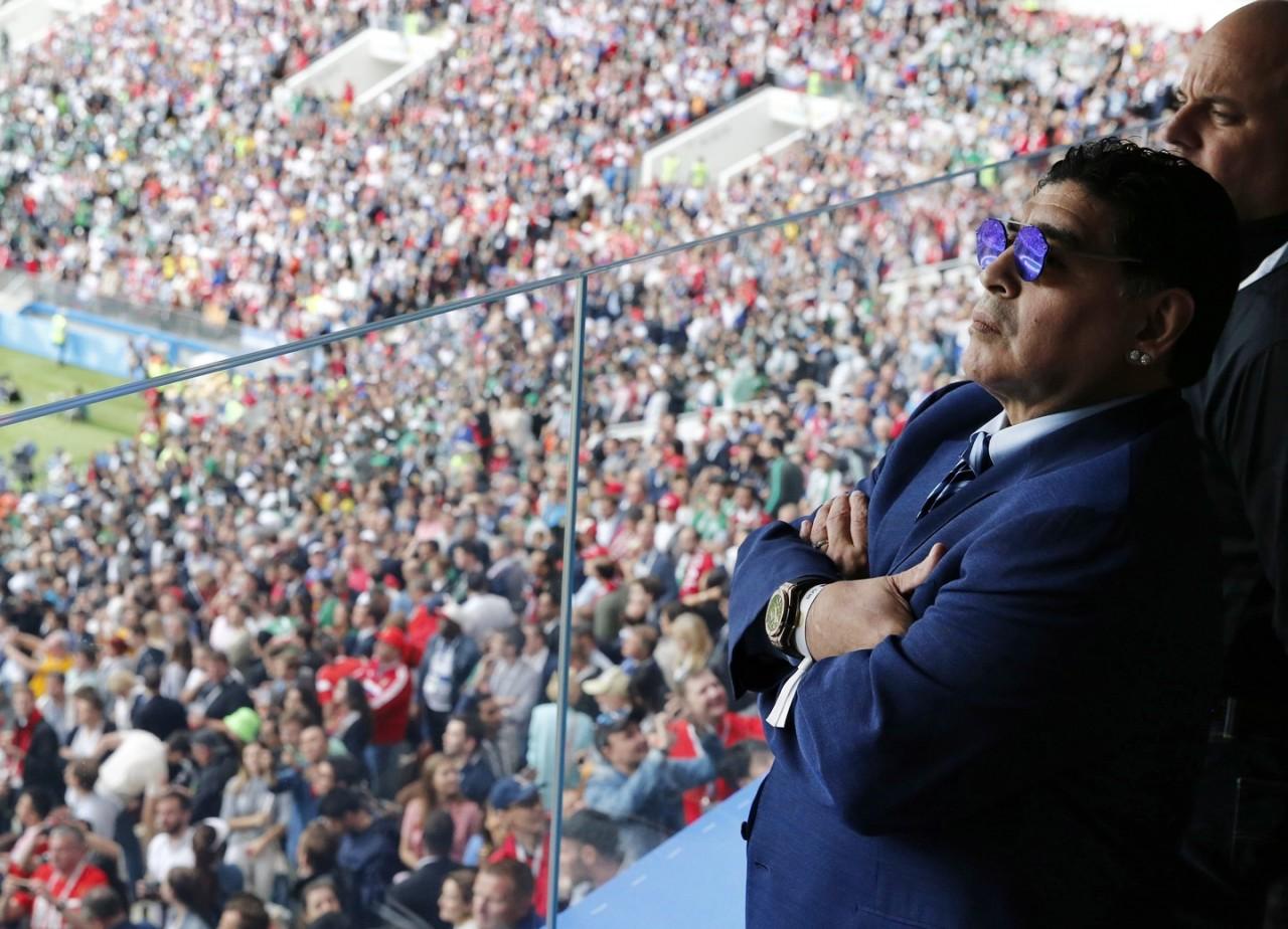 Марадона извинился за сигару на стадионе в Москве