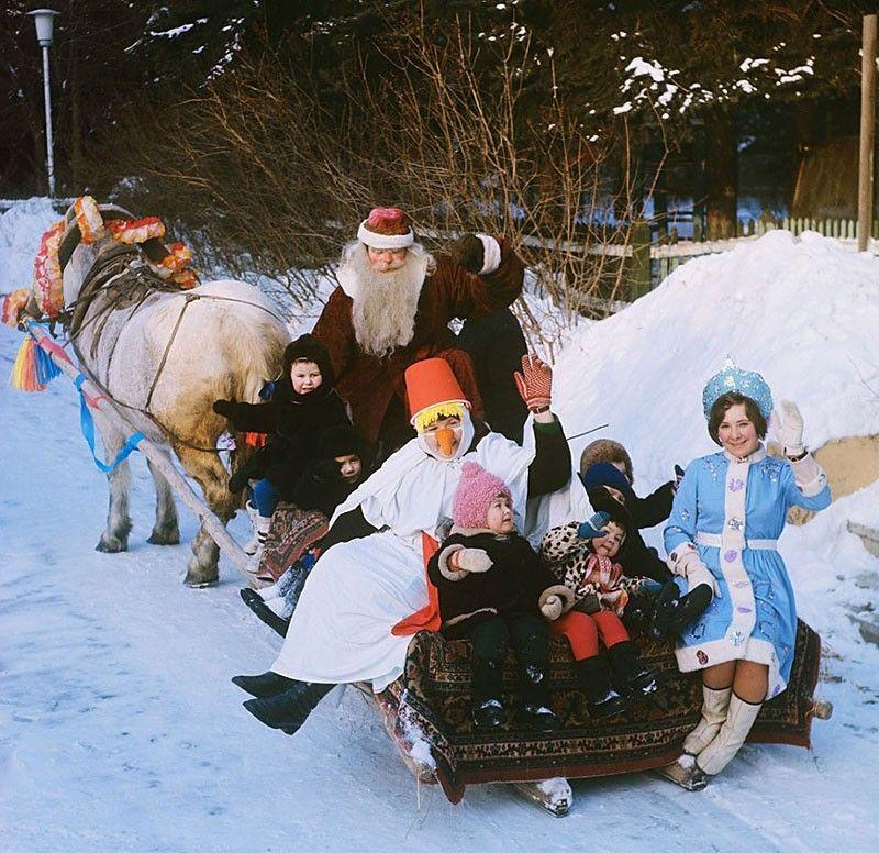 Катание на санях в детском городке на ВДНХ. 1979 год. Фото Бориса Кавашкина