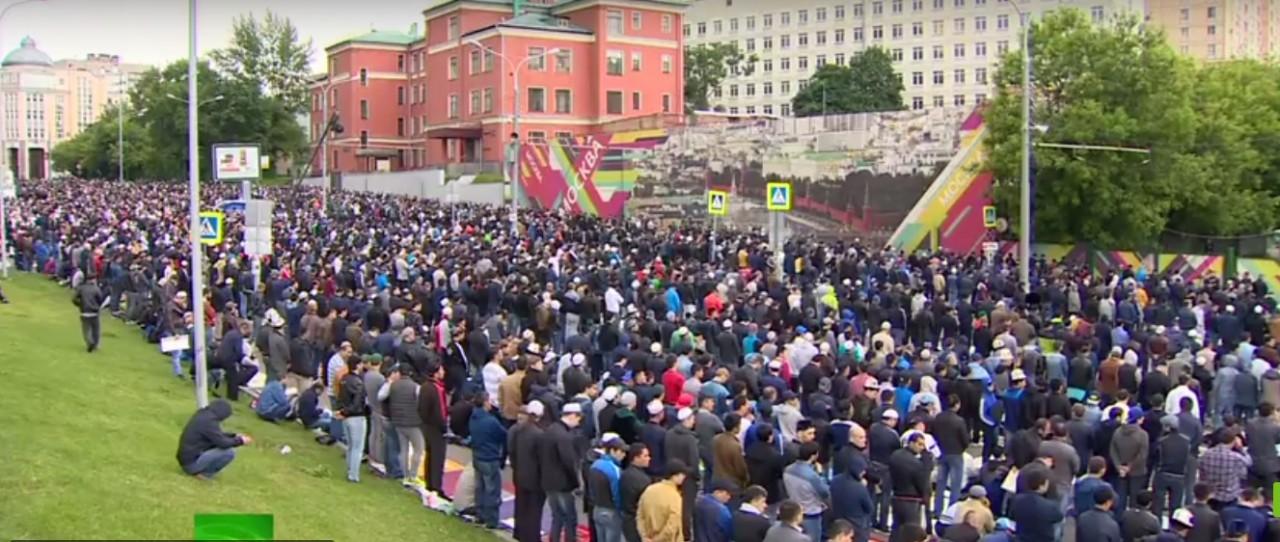 С праздником москвичи и гости столицы: Ураза-байрам в Соборной мечети Москвы