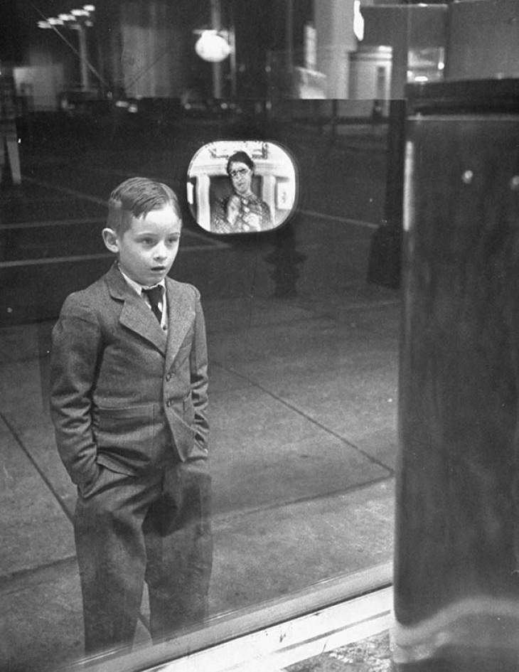 15 фотографий людей, которые увидели что-то в первый раз впервые, видит, увидели, своей, увидела, Знакомство, Мальчик, через, телевизор, увидел, когда, балерину10, дочери, Реакция, зеркале9, сфотографировать, витрину, год11, магазина, камеру