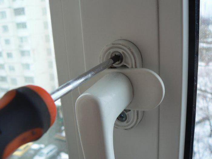 Как закрыть пластиковое окно, если его заклинило открытым в две стороны полезные советы,ремонт и строительство