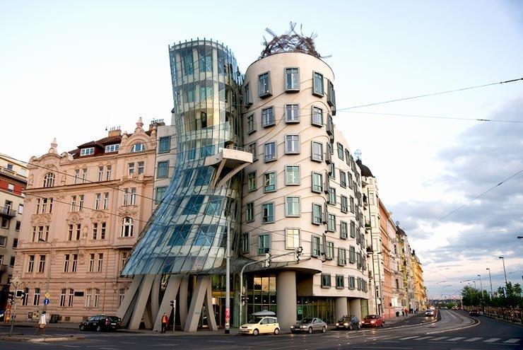 Оказывается, архитектор знаменитого Танцующего дома в Праге до сих пор создает удивительные дома