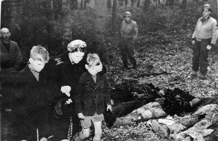Хроникальные фотографии из фашистских лагерей смерти, которые были сделаны после освобождения