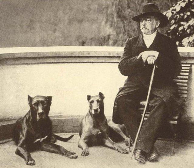 Отто фон Бисмарк с его так называемым Рейхсхунденом («Собаками Империи») Тирас II и Ребекка, 1891 год. история, люди, мир, фото