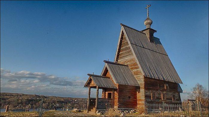 Деревянный храм в Плёсе на горе Левитана