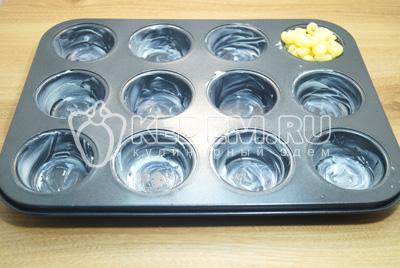 Формочки смазать сливочным маслом. Выложить по небольшой части макарон в каждую.