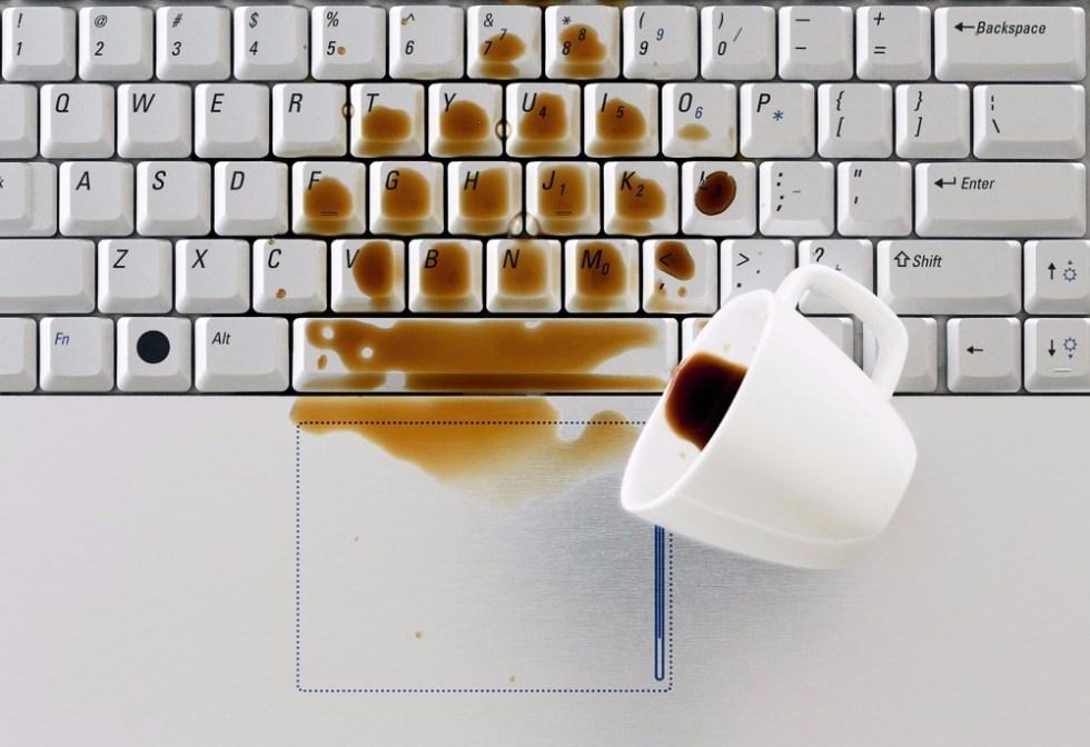 Пролил кофе на ноутбук