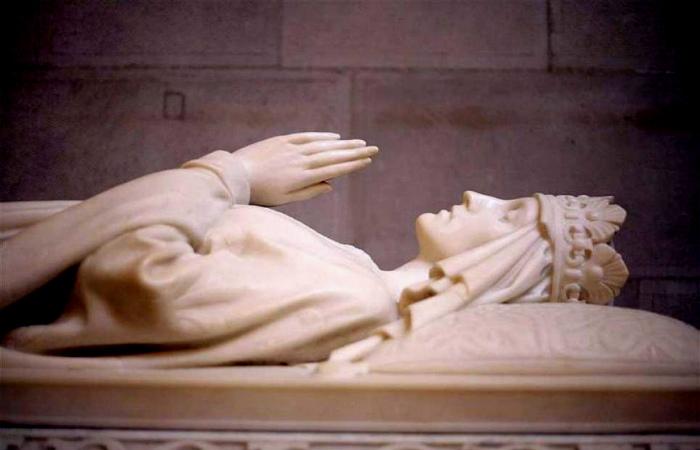 Девочка-король, которой поклонился Папа Римский