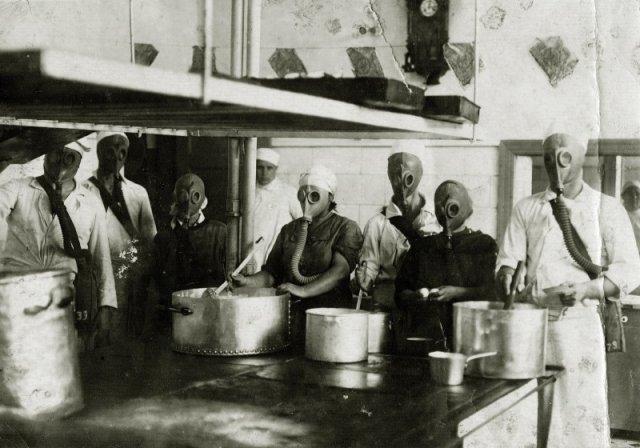 Учения на кухне санатория НКВД, г. Евпатория 1930-е гг. Вопрос, зачем готовить в условиях химатаки и кто это будет есть? история, люди, мир, фото