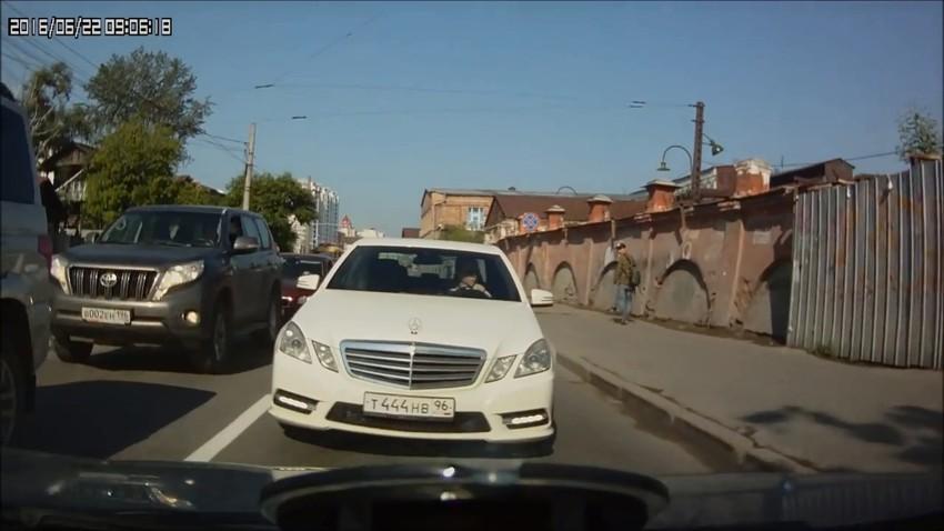 Гражданин с большой буквы проучил мажористых любителей езды по встречке: видео дня