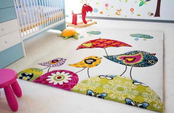 ковёр с милым рисунком на полу в детской комнате