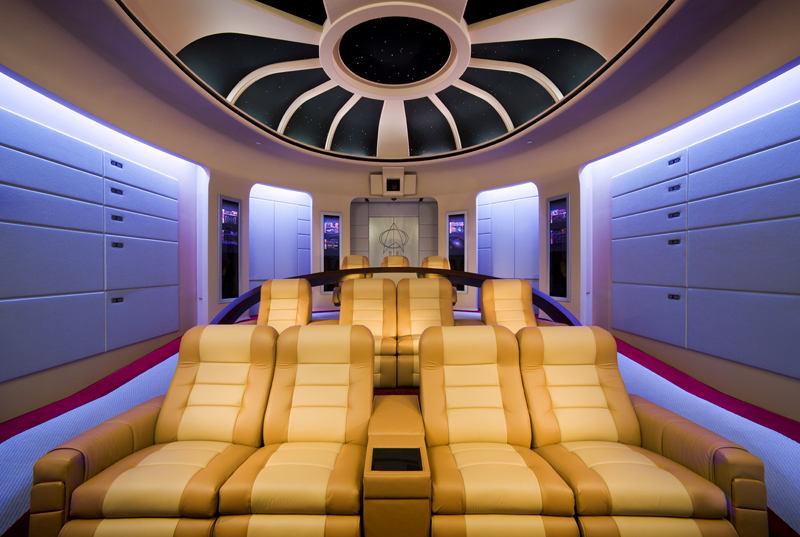 Домашний кинотеатр в цветах: фиолетовый, серый, светло-серый, коричневый, бежевый. Домашний кинотеатр в стиле хай-тек.