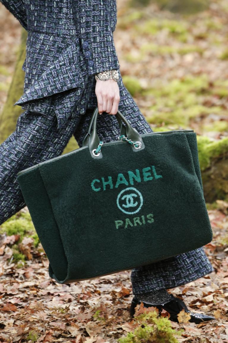 Большая зеленая сумка с надписью Chanel Paris. Коллекция осень-зима  2018-2019 f834cb87e77