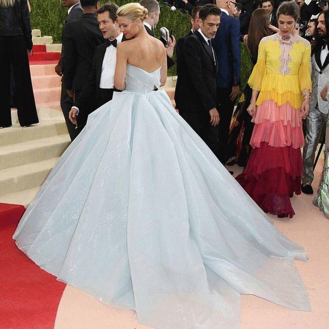 Платье этой актрисы заставило всех ахнуть от удивления. Взгляните, что с ним произойдет дальше