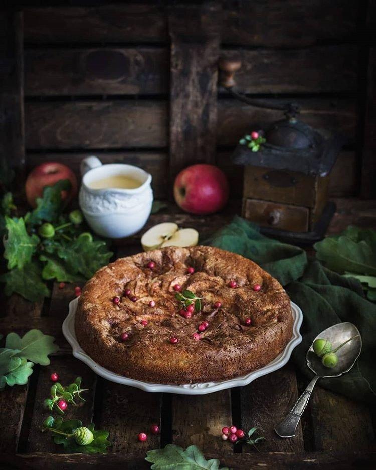 Готовить обязательно! Творожный пирог с яблоками и ванильным соусом от Анжелики Зоркиной