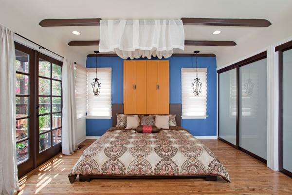 Встроенный шкаф купе в дизайне спальни