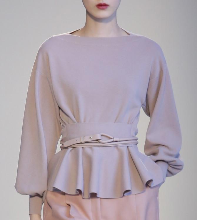 блузка цвета пудры с баской и кожаным ремешком