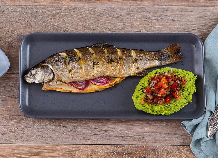 Сытный ужин: запеченная форель с томатной сальсой и кремом из зеленого горошка Стиль жизни,Еда и рецепты